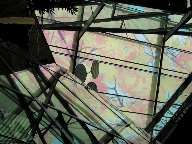 Glasdach mit Bäumen