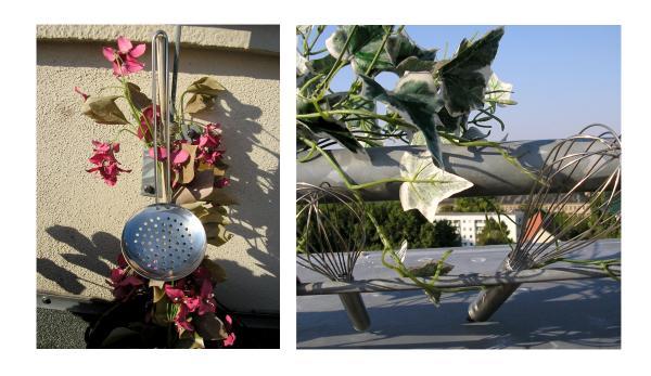 Ein Schaumlöffel und zwei Schneebesen im Freien, dekoriert mit Plastikpflanzen