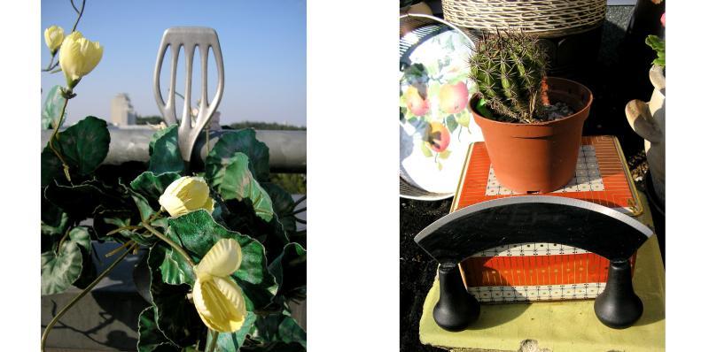 Ein Bratenwender dekoriert mit Kunstblumen und ein Wiegemesser vor eine Blechdose auf welcher in einem Blumentopf ein Kaktus steht