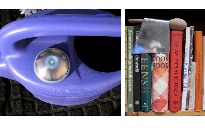 Ein Eierpiekser auf einer Gießkanne und ein Spätzlesschaber vor Kochbüchern im Regal