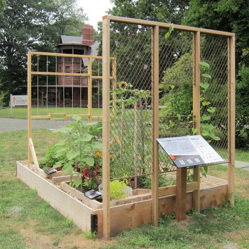 """Der """"Solitary Garden"""" - eine Installation von jackie sumell im Garten des Harriet Beecher Stowe Center zu Ehren von Albert Woodfox, der 43 Jahre in Einzelhaft saß."""